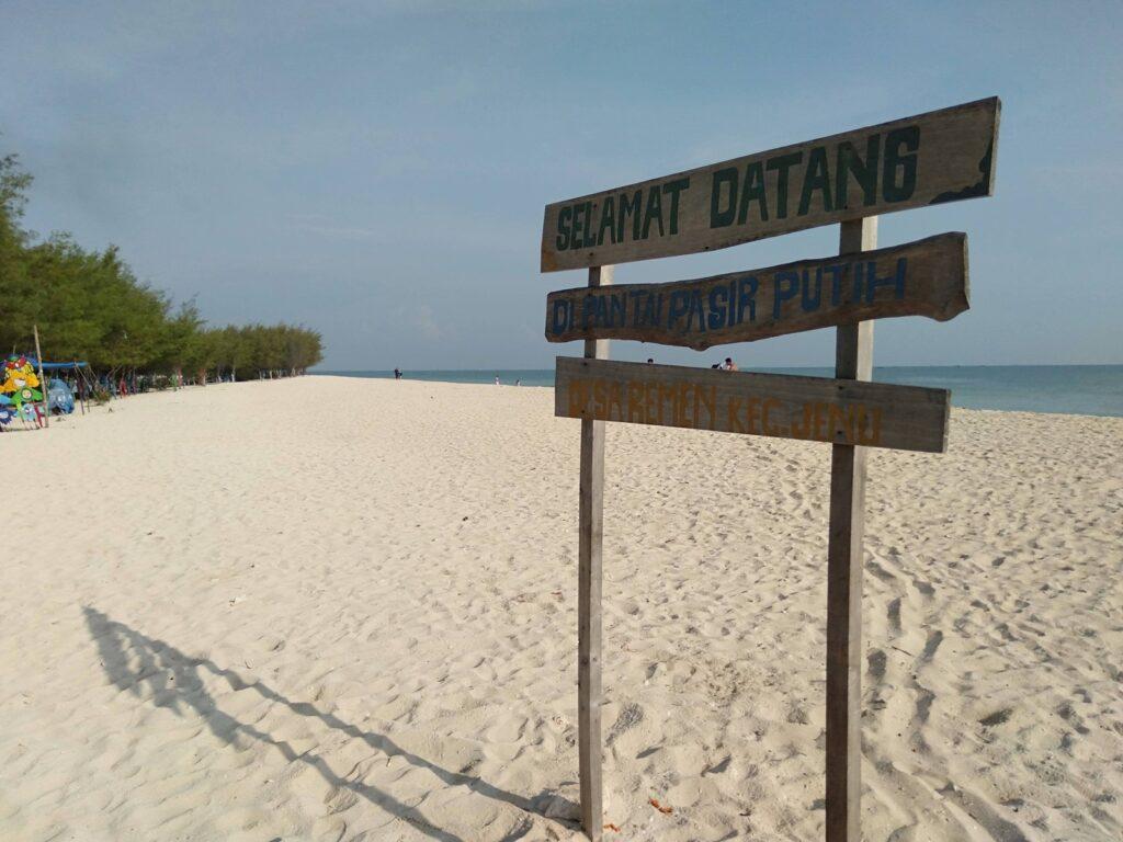 hamparan pasir putih bersih yang menyambut wisatawan Pantai Remen