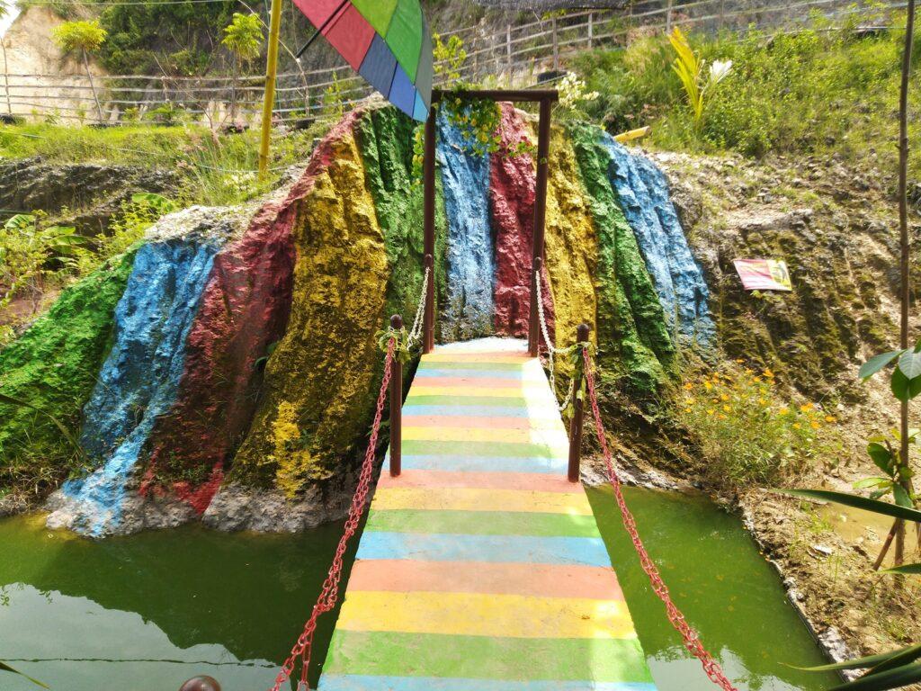 jembatan dan bebatuan yang diwarnai seperti pelangi