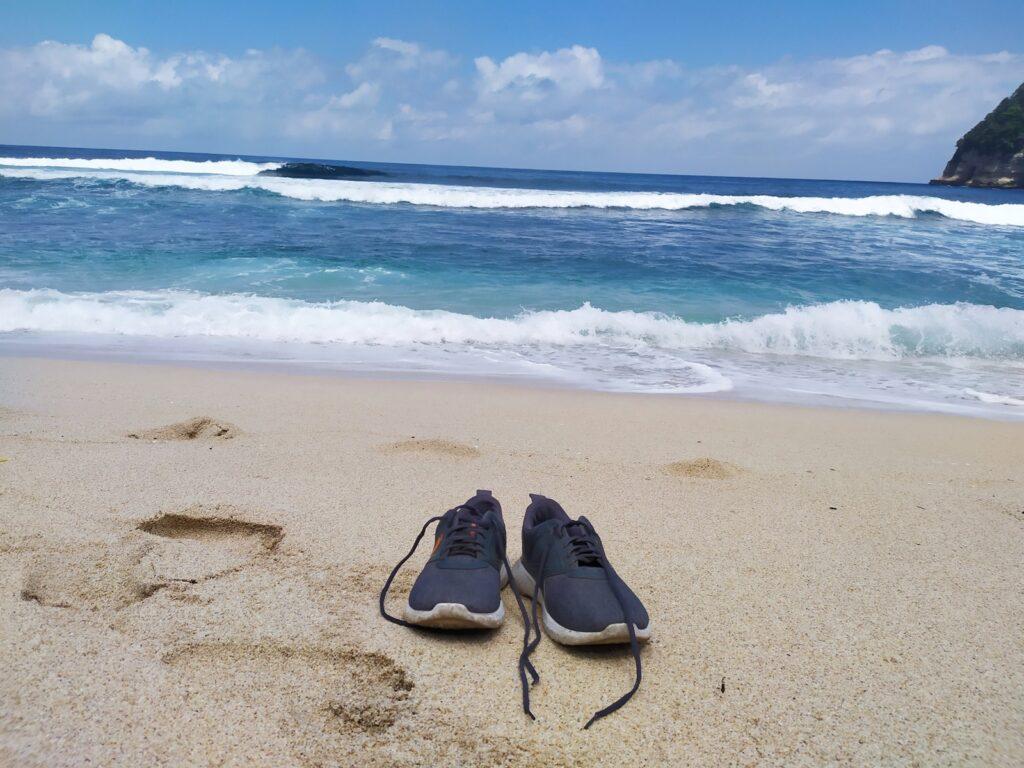 gradasi warna biru pada ombak yang menepi di Pantai Ngalur