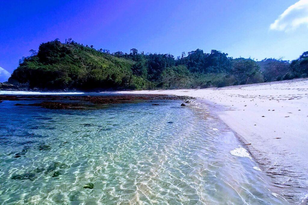 Pantai Ngalur memiliki kontur yang tidak terlalu landai