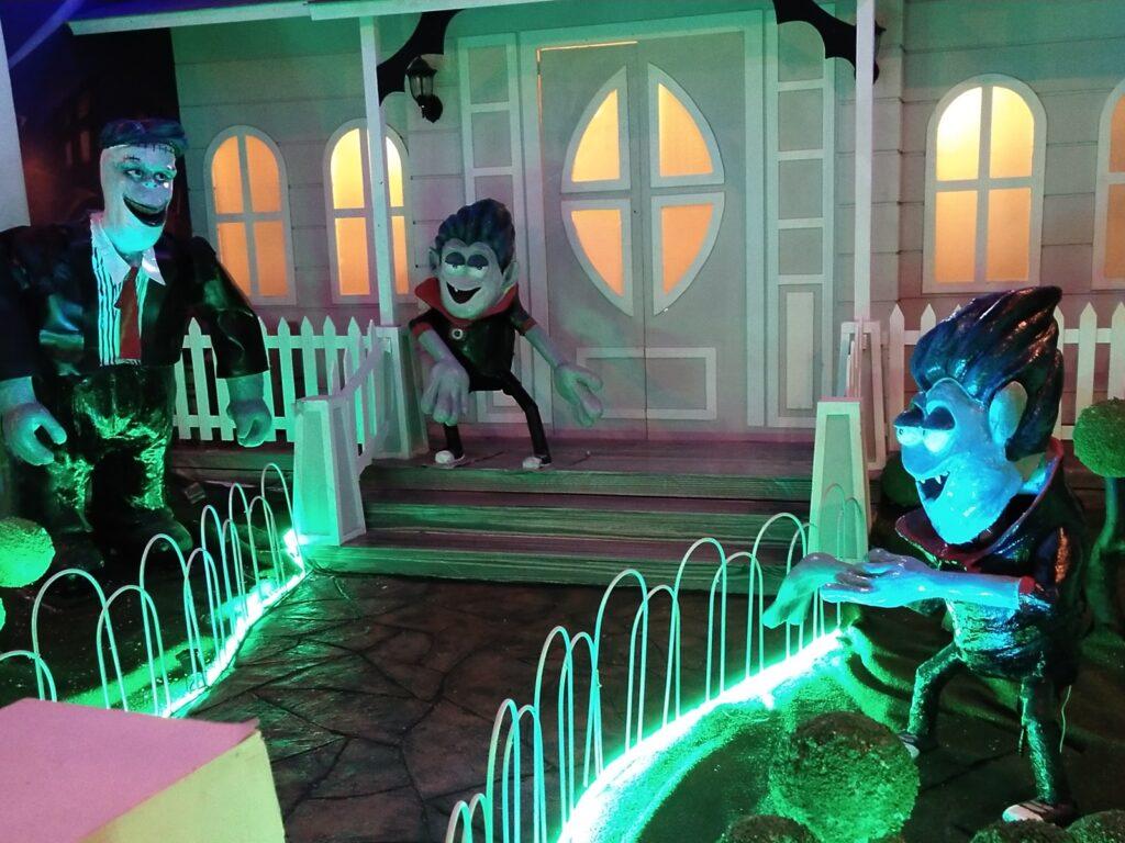 hantu-hantu lucu yang siap 'menakuti' pengunjung Milenial Glow Garden