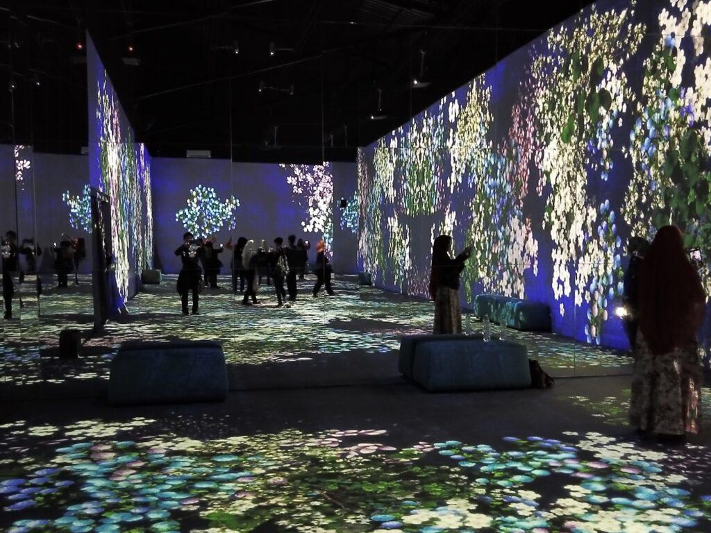 pengunjung mengabadikan foto di wahana Flower Forest