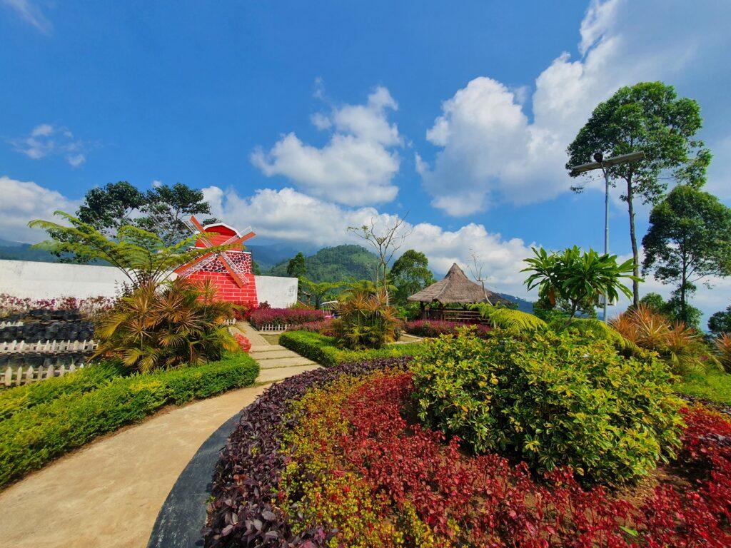 taman cantik yang ditata menghias sebagian area Bukit Nirwana