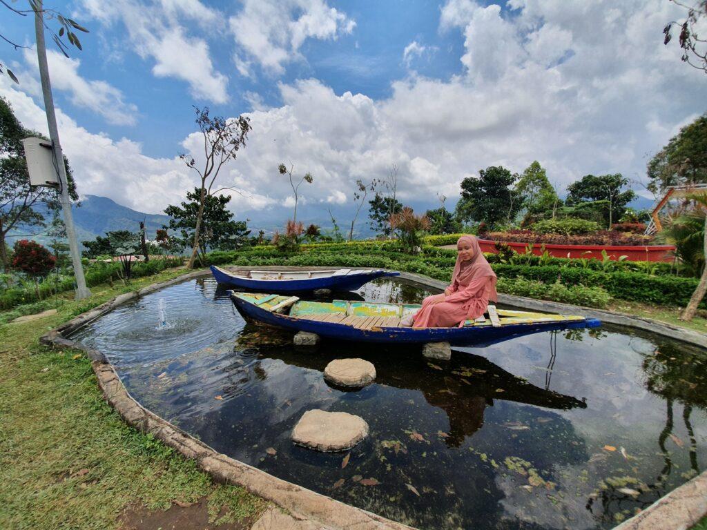 pengunjung berfoto di salah satu wahana foto unik Bukit Nirwana