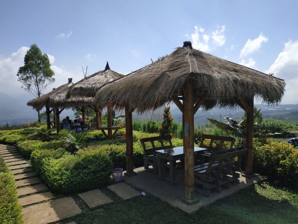 bersantai menikmati udara pegunungan di Bukit Nirwana
