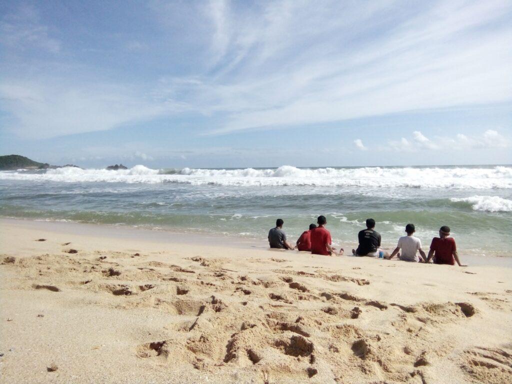 sejumlah wisatawan beristirahat di tepi pantai