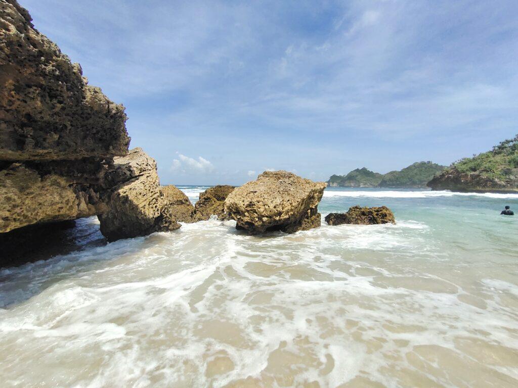 Batu karang yang tak pernah berhenti diterjang ombak