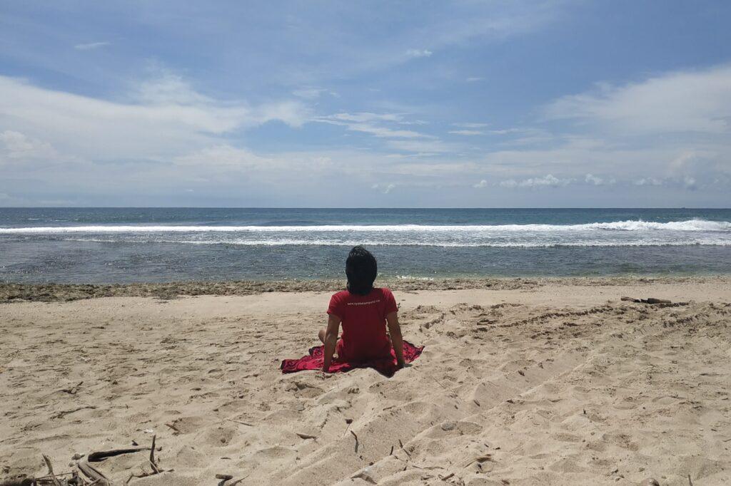 pengunjung berjemur dan menikmati waktu santai di Pantai Melasti
