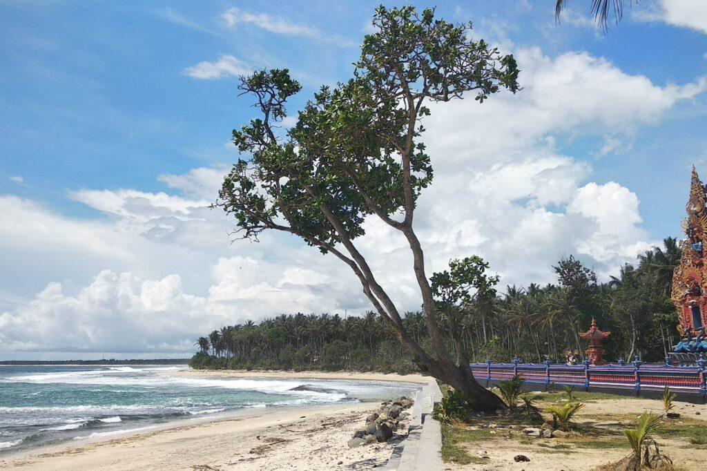 Perpaduan laut biru, pasir putih, dan pura Hindu menghadirkan sedikit rasa 'Bali' di Pulau Sumatera