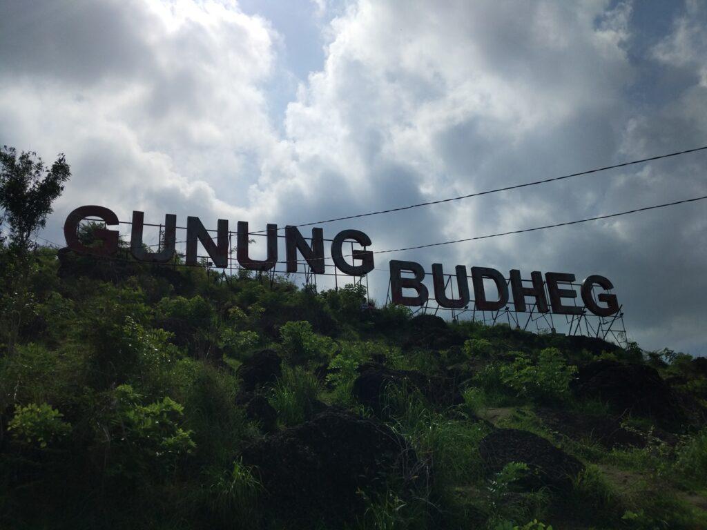 tampak monumen tulisan Gunung Budheg yang terlihat dari lereng gunung