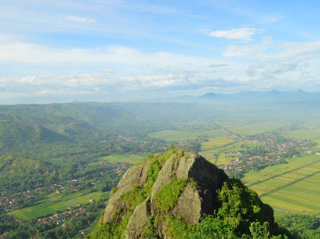 pemandangan yang terlihat dari Watu Selendang, salah satu dari sekian banyak bebatuan besar di badan Gunung Budheg