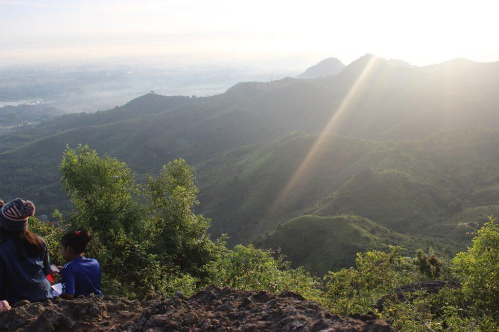 matahari pagi menyorot salah satu dataran tempat berkemah di Gunung Budheg
