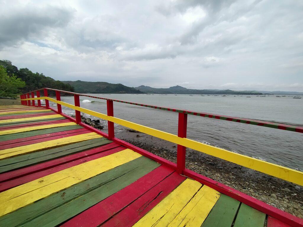 memandang laut dari jembatan pelangi yang cantik