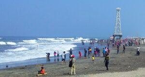 area pantai yang dipadati pengunjung