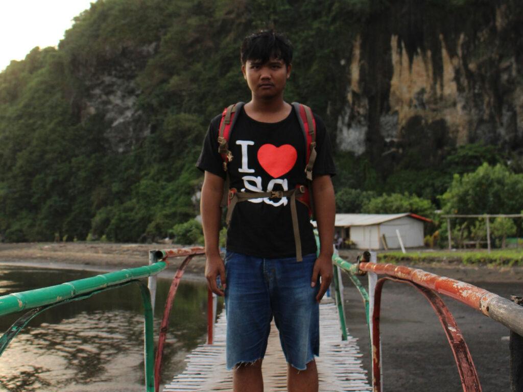 Berfoto unik dengan menggunakan jembatan bambu - Martin fajar T.A