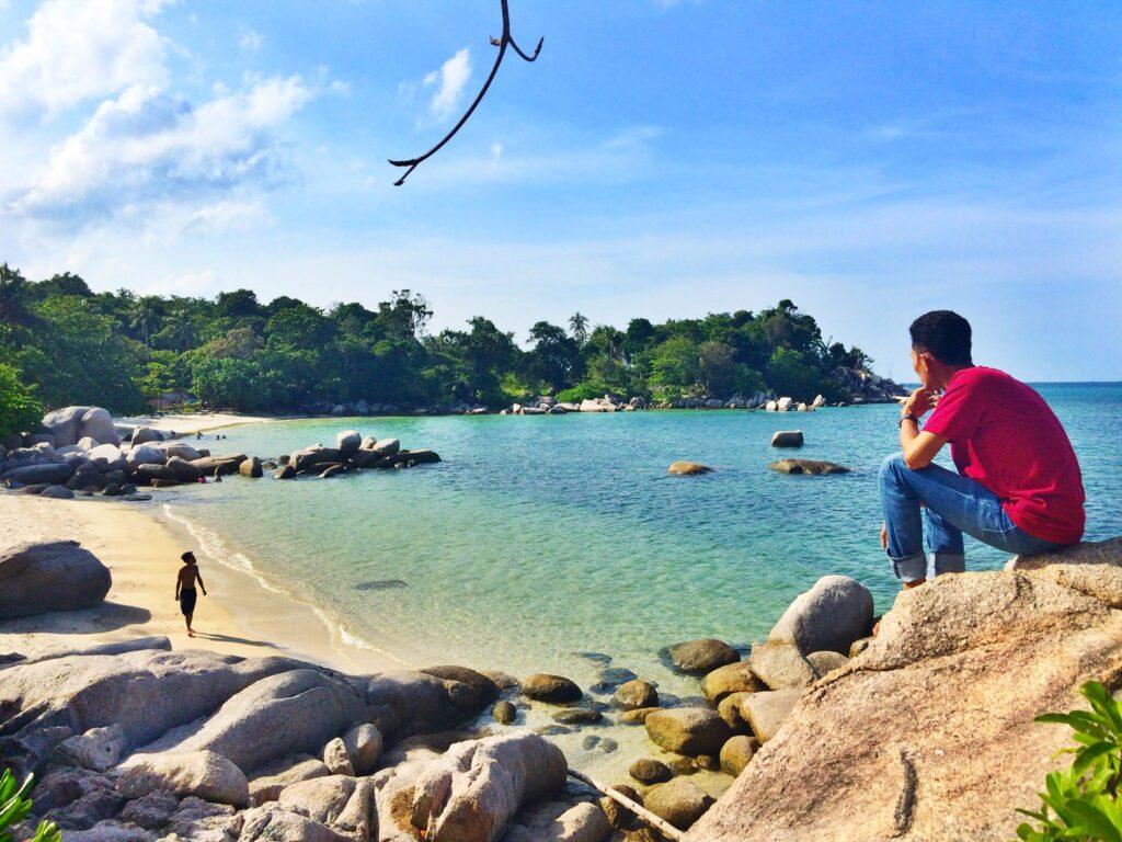 wisatawan bersantai di kawasan Pantai Trikora