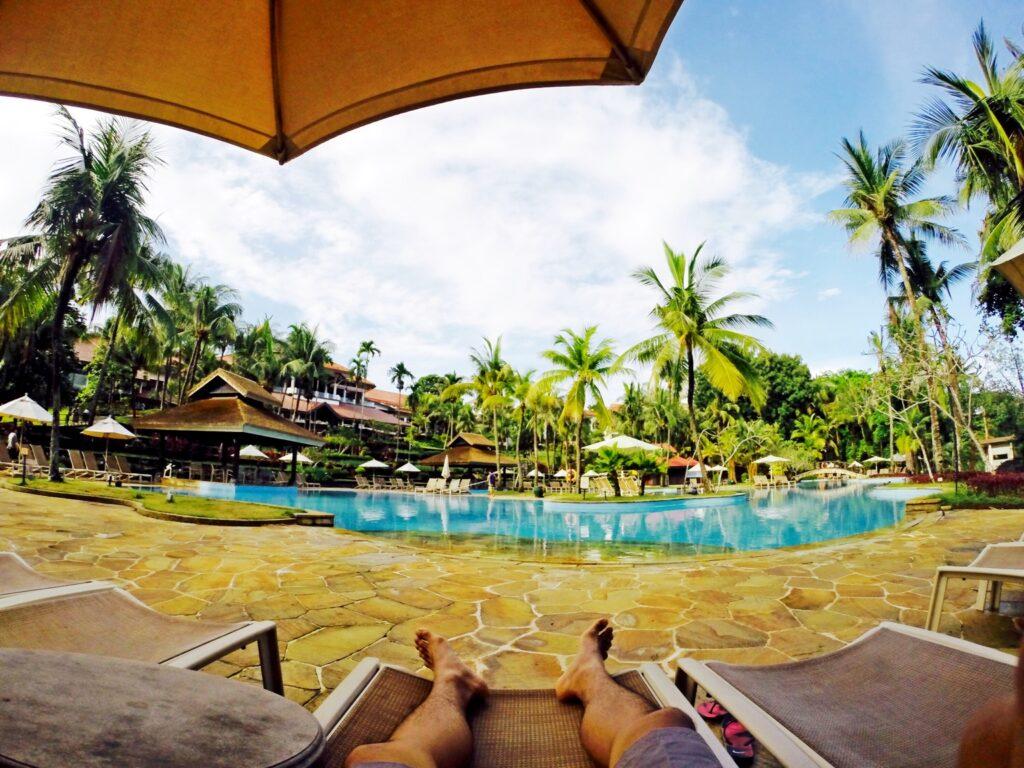 Pengunjung menikmati waktu santai di pinggir kolam renang bintan lagoon resort
