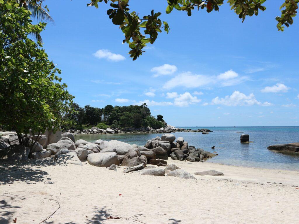 suasana tenang salah satu pantai di Pulau Bintan