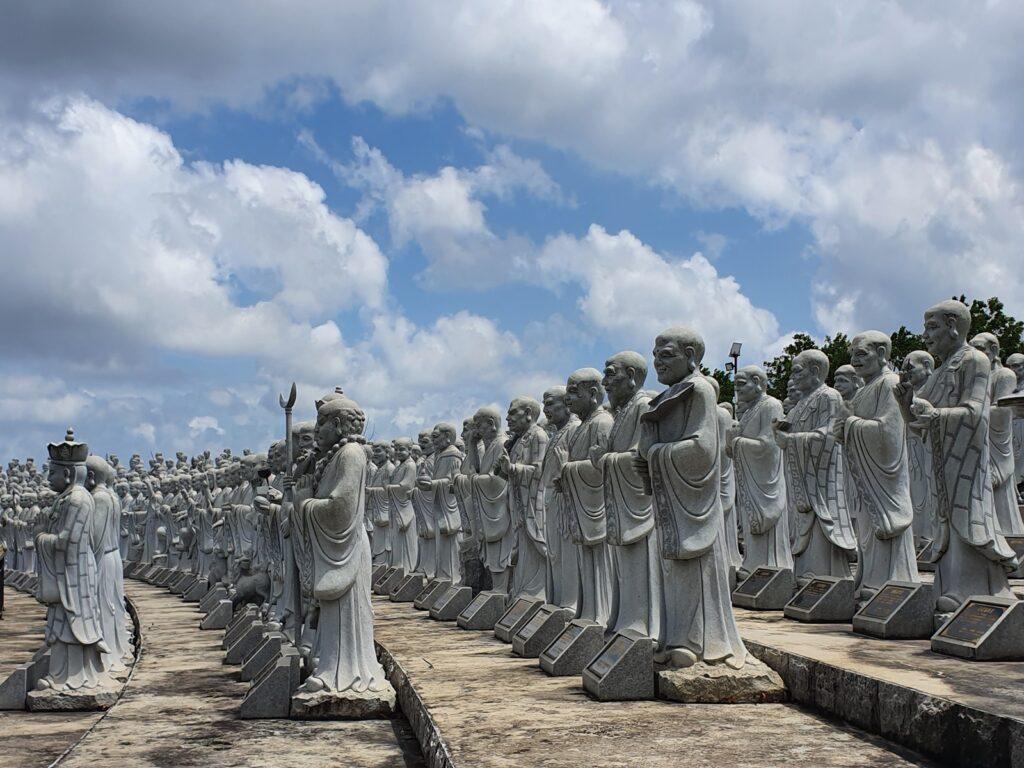 barisan patung lohan di Kuil 500 Lohan Pulau Bintan