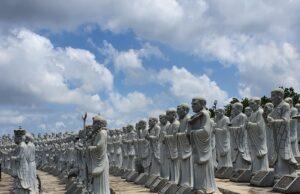 barisan patung lohan di Kuil 500 Lohan