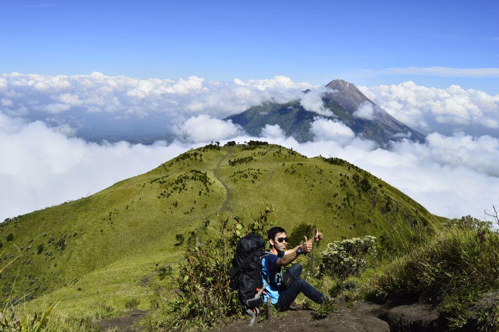 berpose setelah mencapai puncak Gunung Merbabu