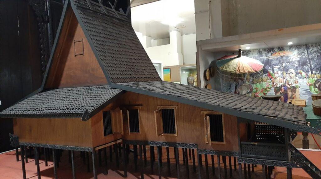 Miniatur rumah adat khas Banjar