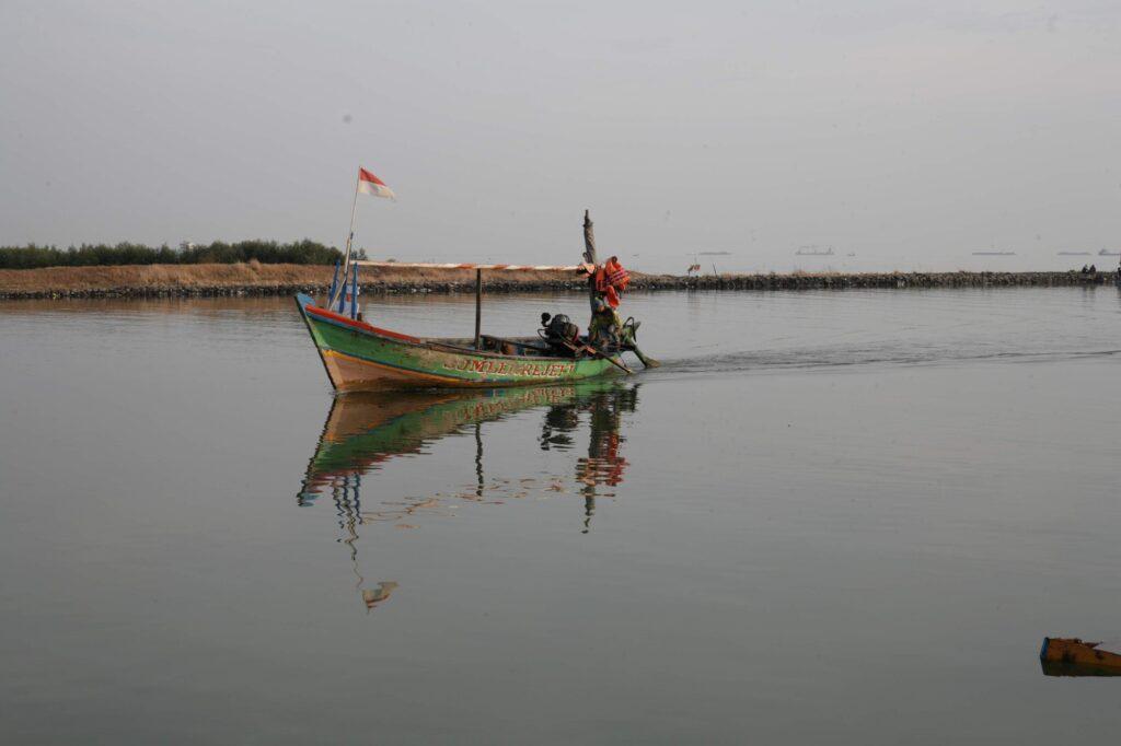 Pemandangan Nelayan yang Tengah Melaut