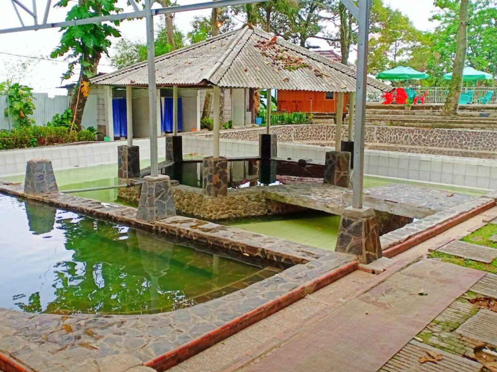 Salah satu kolam pemandian air panas gunung pancar