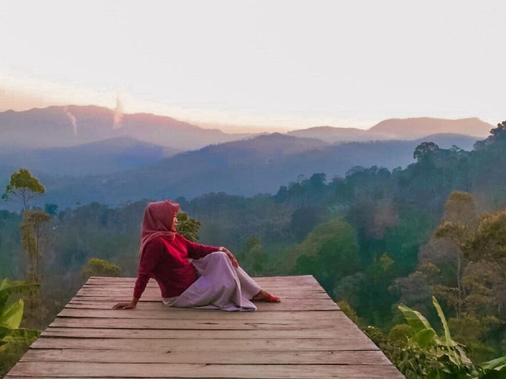 Spot Foto Gardu Pandang dengan Pemandangan Bukit dan Pegunungan