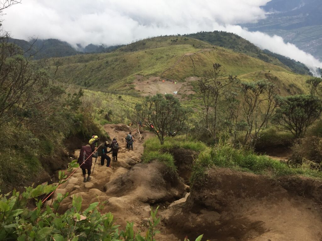 pendaki menyusuri salah satu bagian jalur pendakian