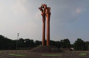 monumen bandung lautan api berwarna perunggu berbentuk lidah api