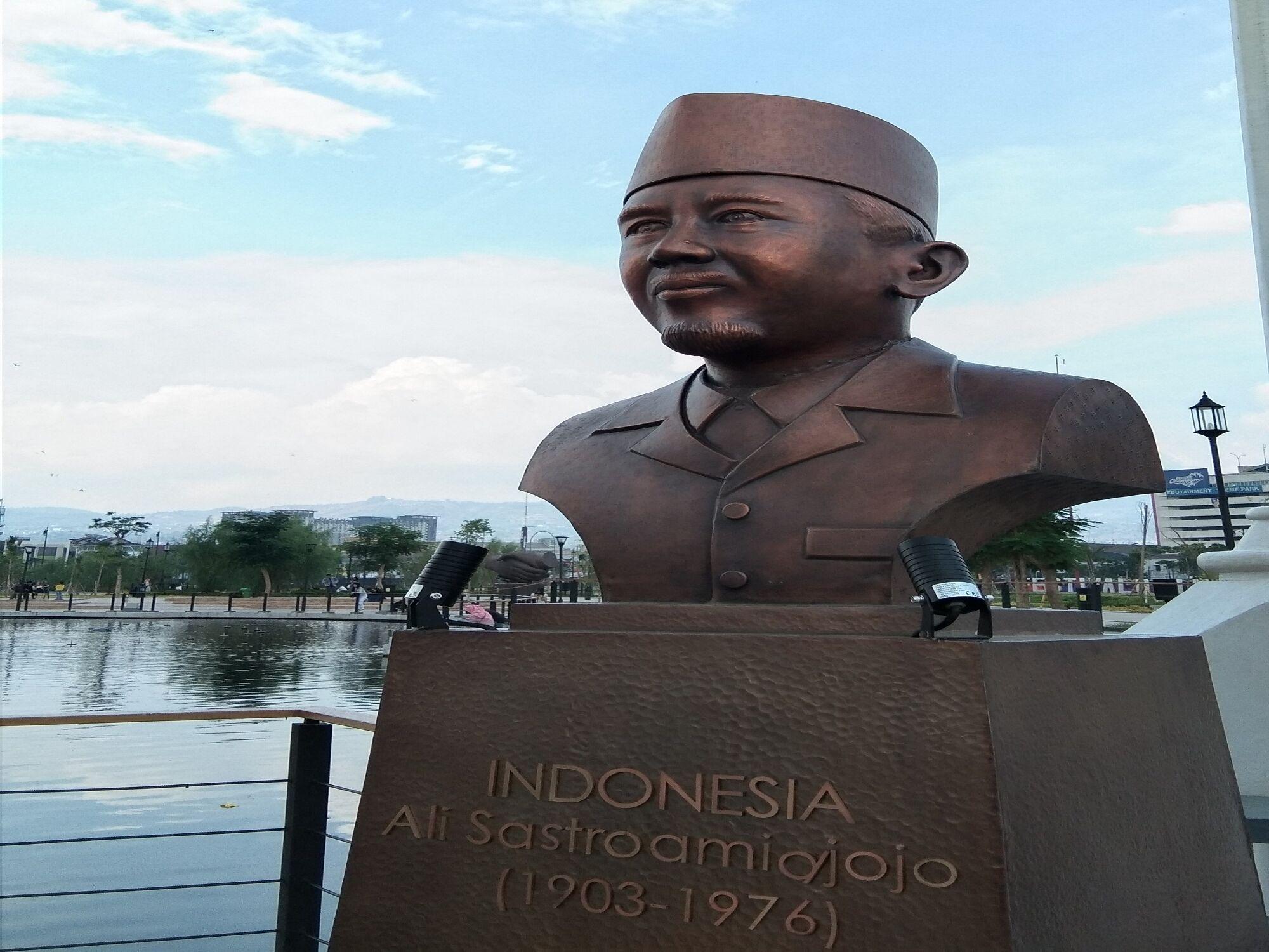 Salah satu patung yang ada di Taman Asia Afrika