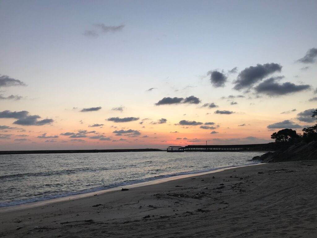 indahnya matahari terbenam di pantai bintan lagoon resort