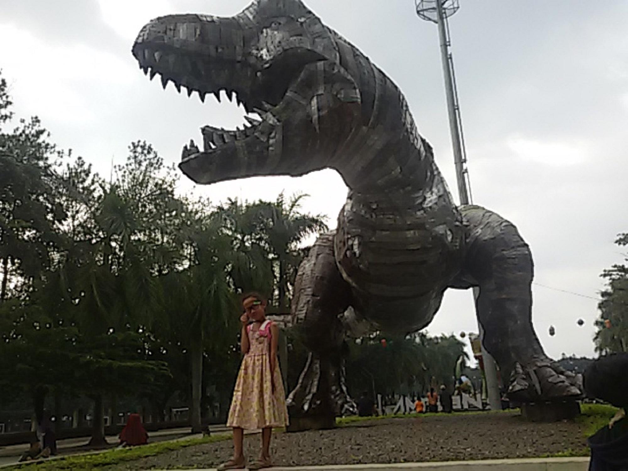 patung dinosaurus