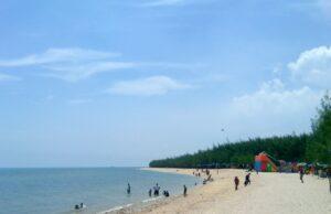 garis pantai pasir putih yang panjang di pantai remen