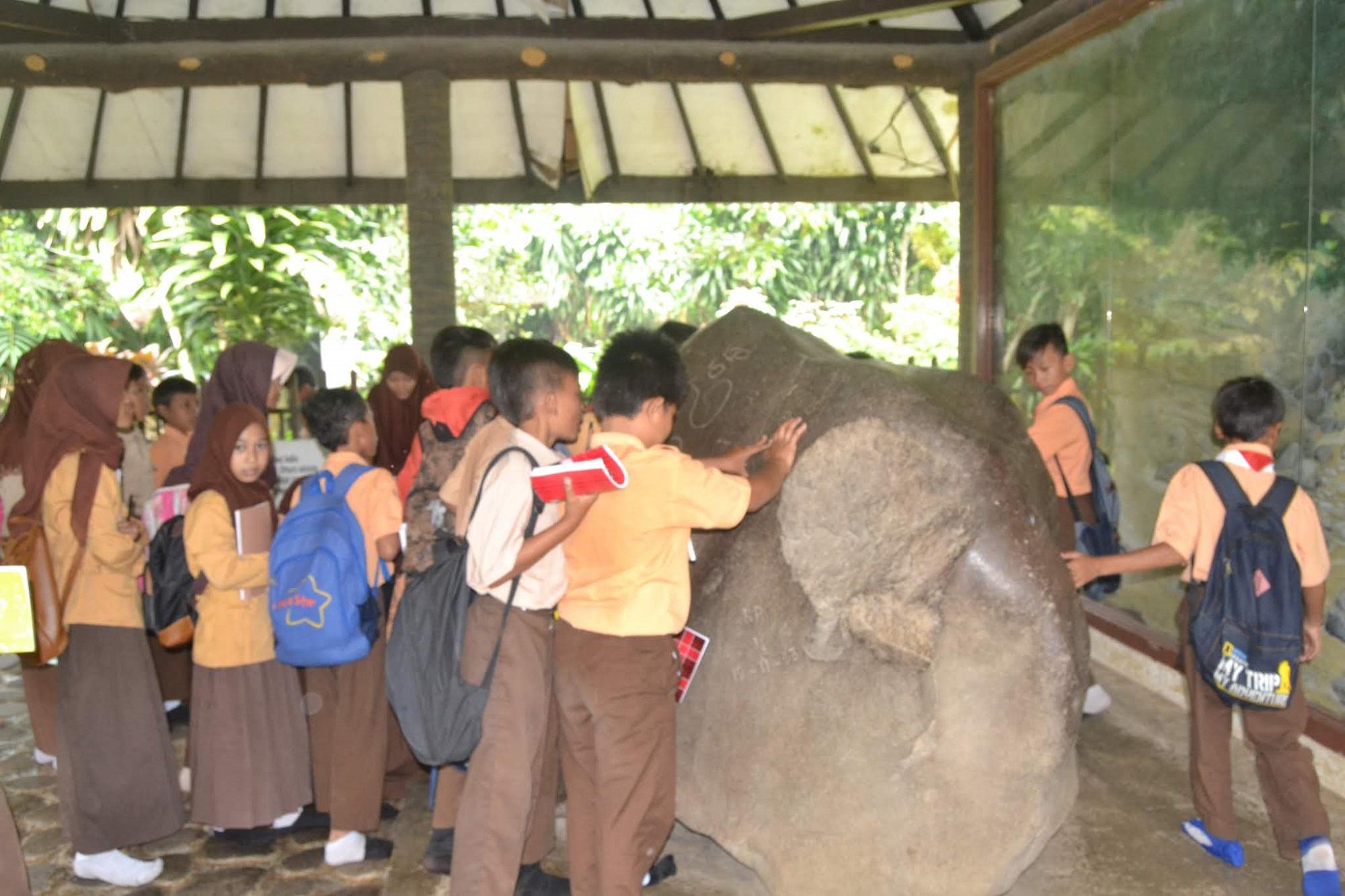 kegiatan anak-anak sekolah di Situs prasasti batu tulis