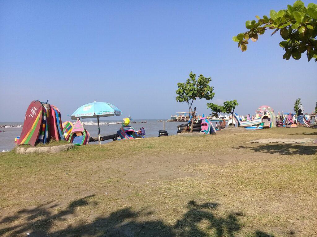 Berbagai wahana yang ada di tepi pantai