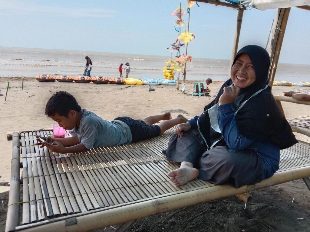 Bersantai di Pinggir Pantai