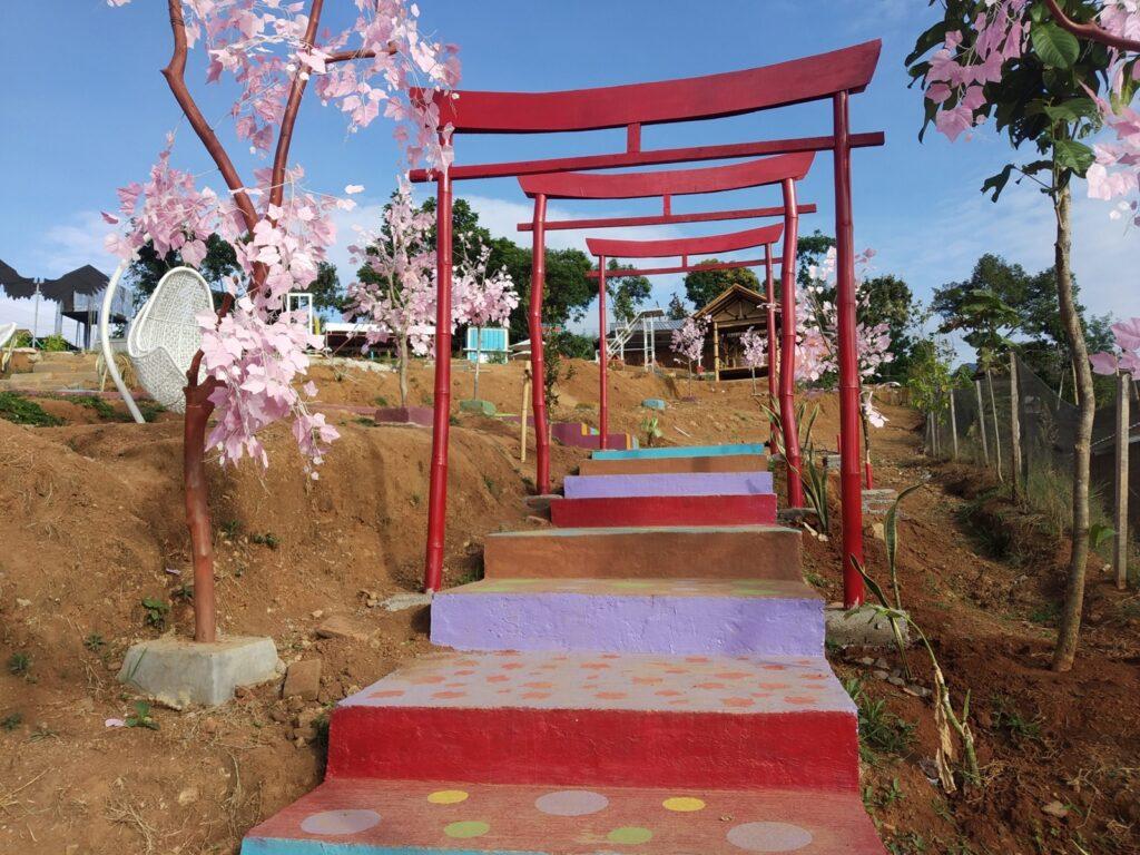 tangga jalan setapak yang berhias ornamen warna-warni di Bukit Kayangan