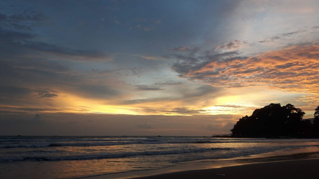 suasana sunset dengan langit berwarna keemasan