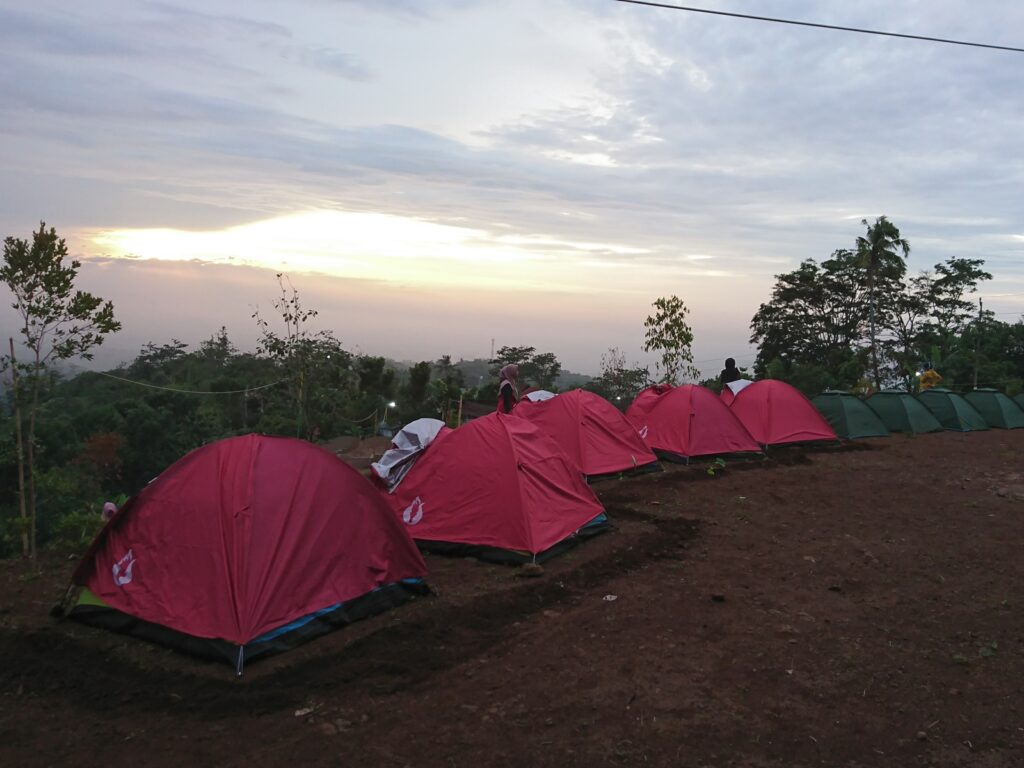 Barisan tenda yang rapi dan nyaman area berkemah Bukit Kayangan