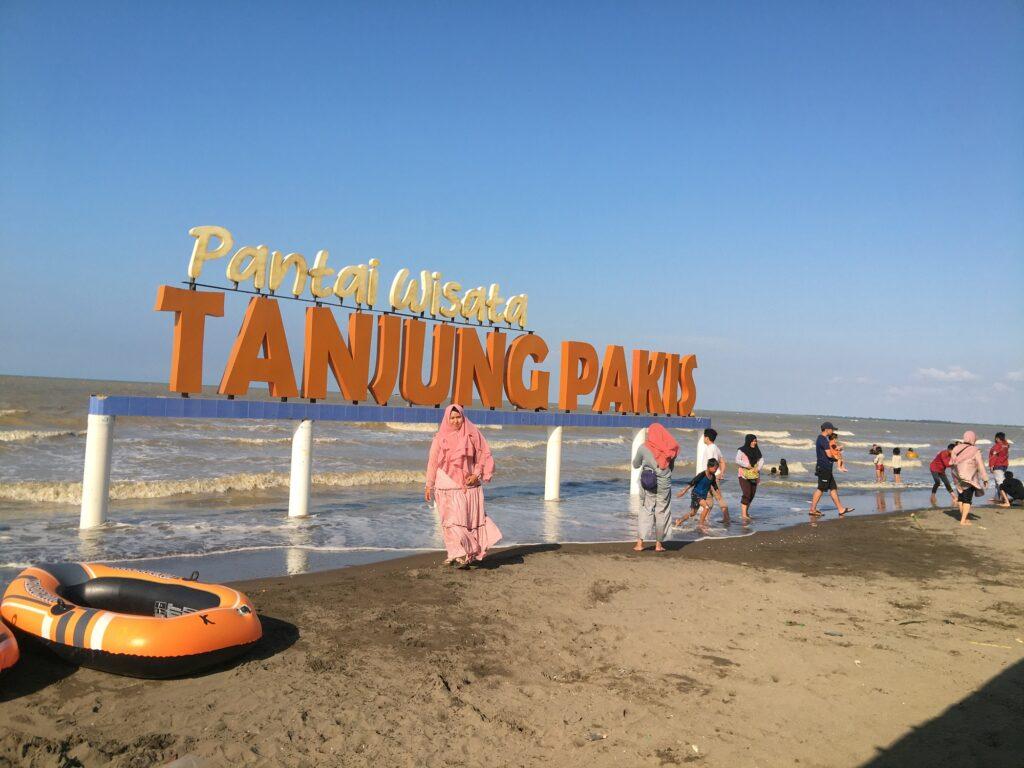 area pantai yang luas Pantai Tanjung Pakis Karawang