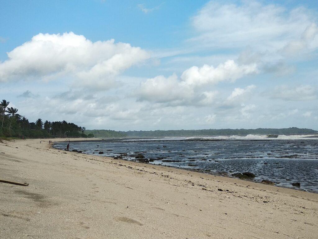 Pantai pasir putih yang bersih