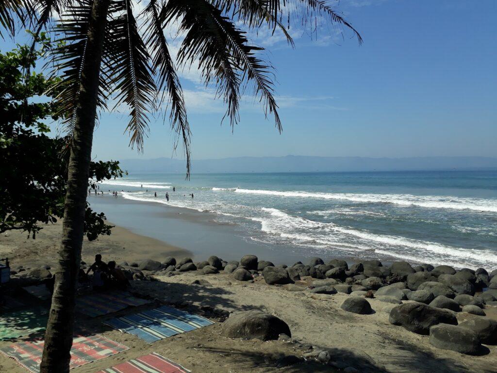 Pemandangan Indah Pantai Karang Hawu