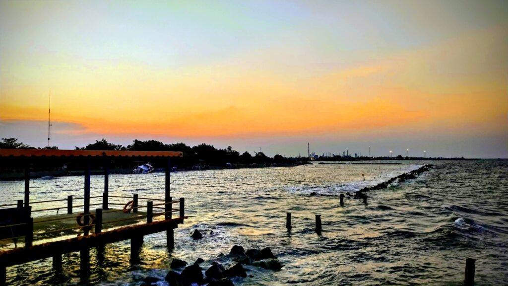 Pemandangan Matahari Terbenam Indah di Pantai Tirtamaya