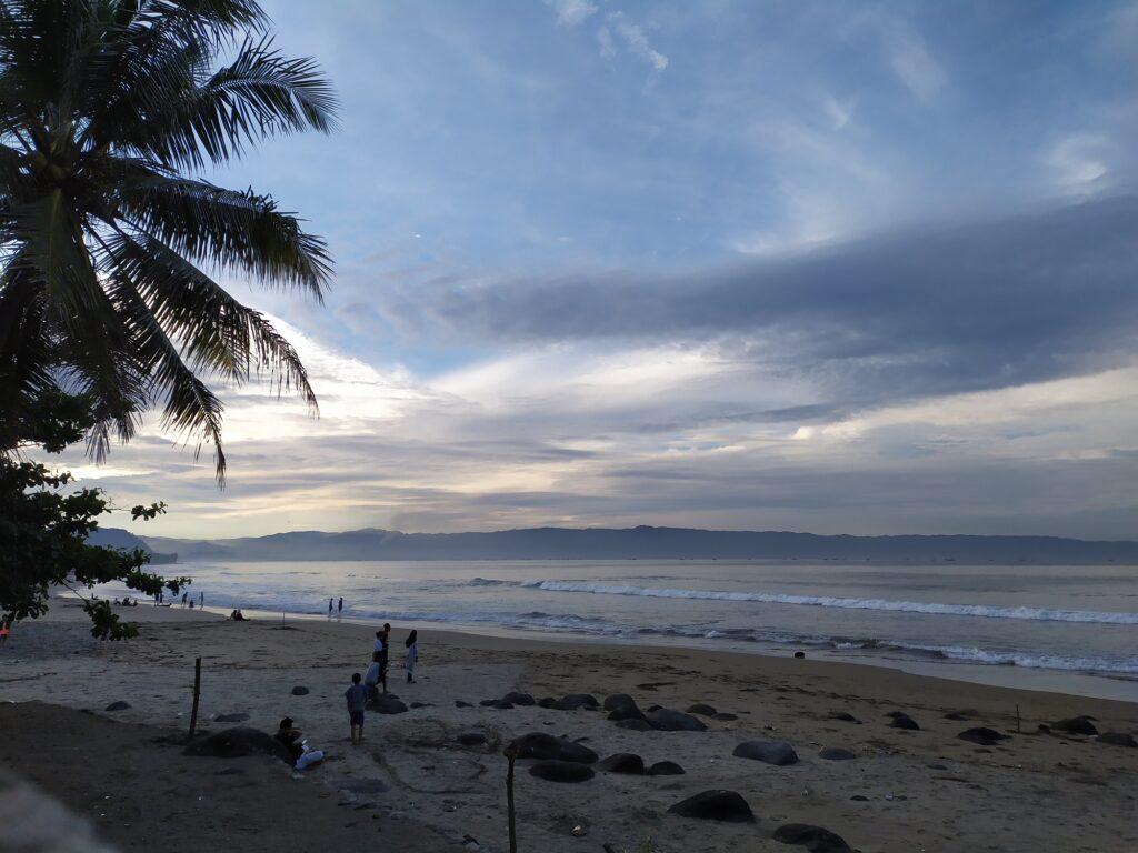 Pemandangan Senja di Pantai Karang Hawu Sukabumi