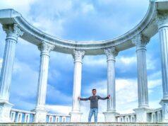 pengunjung berfoto di spot teras pilar yang menawan