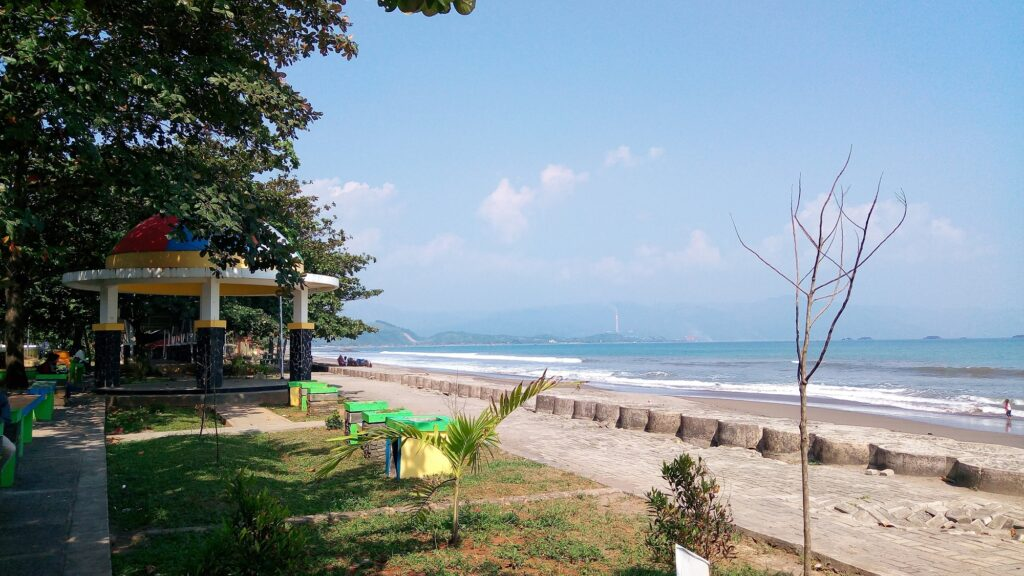 Taman yang berada tepat di depan pantai