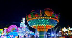 wahana komidi putar dengan lampu warna-warni di milenial glow garden kota batu