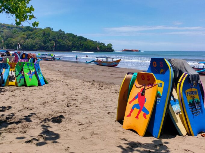 wahana papan seluncur di Pantai Barat Pangandaran